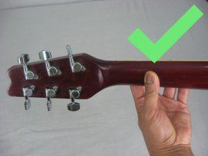 Posição certa do polegar atrás do braço do instrumento