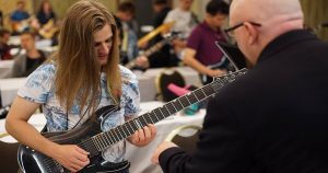 O básico para quem quer aprender a tocar guitarra